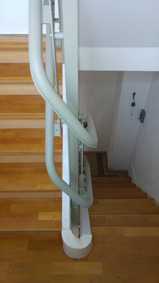 Der Schlanke Plattformlift Artira Uberwindet Muhelos Kurvige Treppen